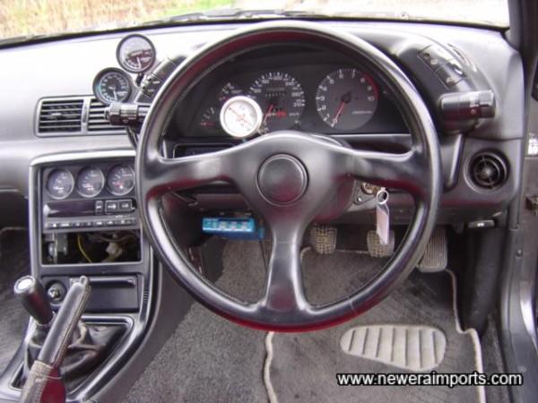Steering wheel original and unworn.