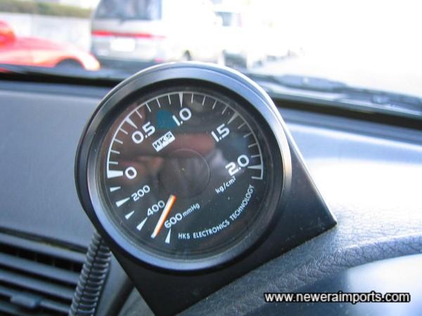 Boost gauge mounted on th edashboard.