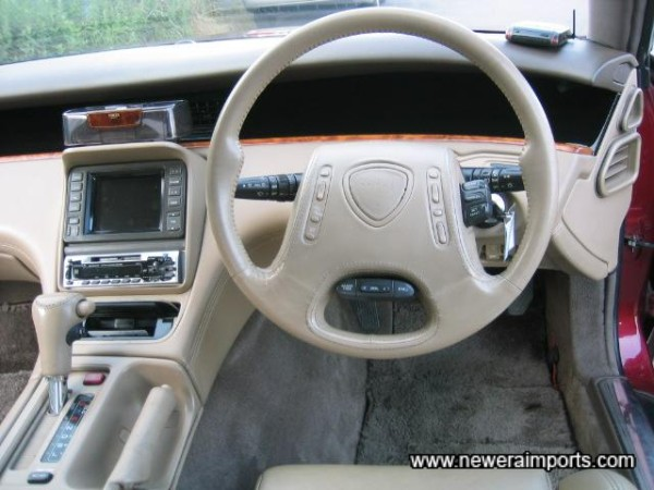 Note remote controls on the steering wheel for hifi and A/C