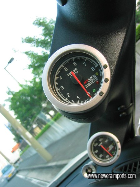 Oil pressure gauge by Apexi.