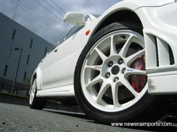 Original Enkei 17'' TME alloys fitted with super sticky Bridgestone Potenza RE-01X sports tyres.