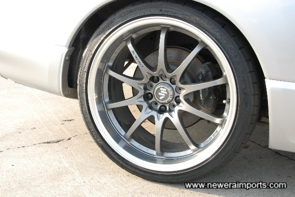 The finish of these 19'' wheels were specially commissioned from RAYS !
