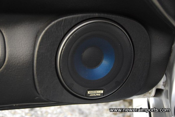 Beautifully fitted Alpine DD Drive high-power speakers at each corner. Incl. remote tweeters at the front.