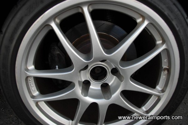 322 dia rear brake discs with R33 Brembo calipers.