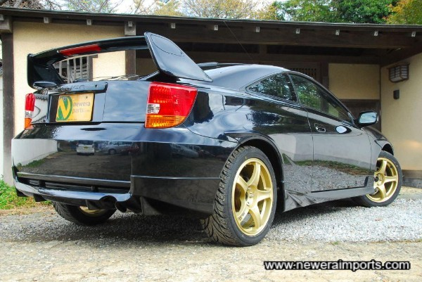 These gold wheels look excellent against the dark blue colour.