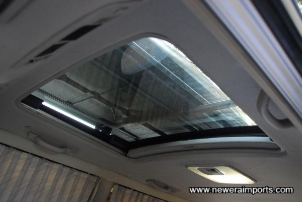 Rear sunroof (Very large).