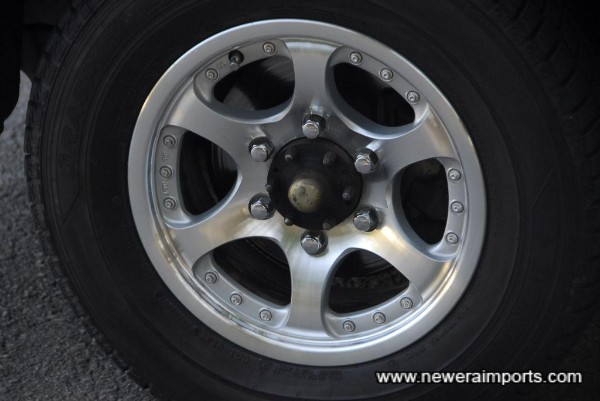 Alloy wheels are in near new condition with no kerb marks.