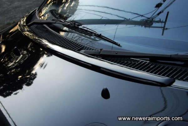Includes small windscreen spoiler (Helps keep air flow away from the wipers).