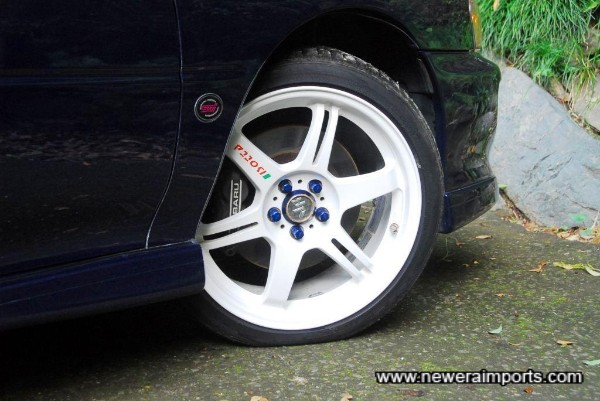 Alumite blue wheel nuts with locks are also included.