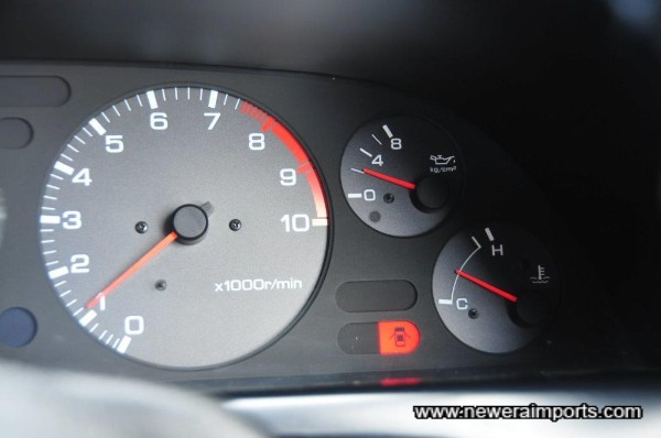 Oil pressure good whel warm (2 bar) - an indicator of a healthy engine.