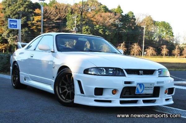 Being a Series III Skyline GT-R ( production from 1997-1998) its equipped with factory Xenons.