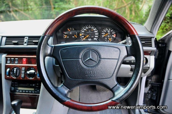 Leather and veneer steering wheel with SRS